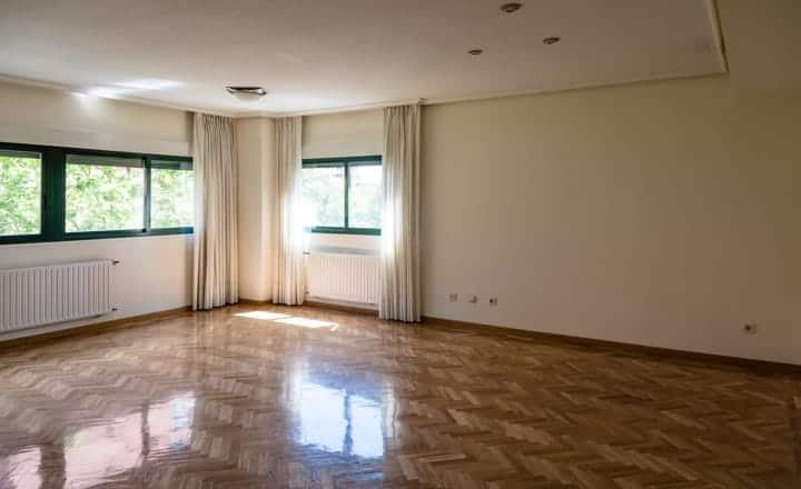 interior de un salón vacío para vender una casa
